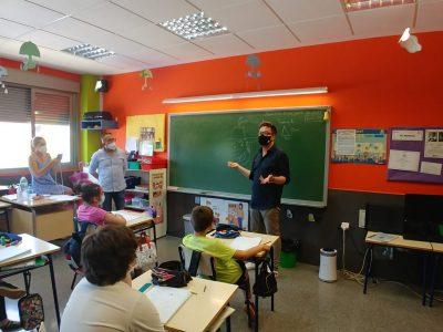 El dibujante de Tadeo Jones visita el Colegio de Hurchillo