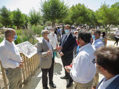 El conseller Arcadi España (izquierda), junto con Ximo Puig (derecha) y alcaldes de la comarca