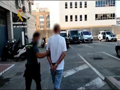Detienen en Torrevieja a un hombe por robar en un residencial disfrazado de trabajador